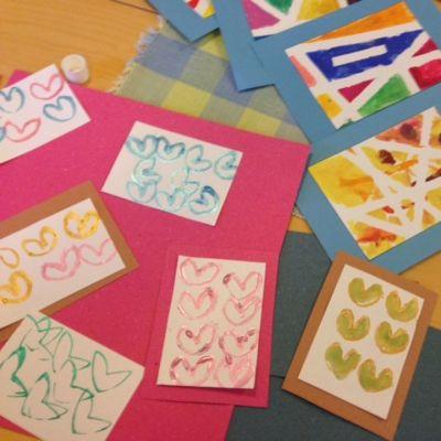 Ystävänpäivä on Suomen toiseksi suosituin postikorttisesonki heti joulun jälkeen. Nämä kortit askarreltiin ystävänpäivänä sipoolaisessa musiikkipäiväkoti Pocossa.