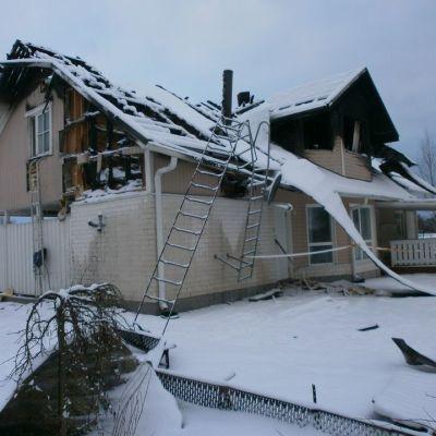 Antti ja Heidi Mäki saivat joulukuussa 2012 puhelun, jossa kerrottiin, että heidän talonsa on tulessa.