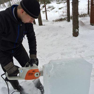 Lumistien Ari-Pekka Kuusela poistaa harjoituskappaleesta kohvajäätä moottorisahalla