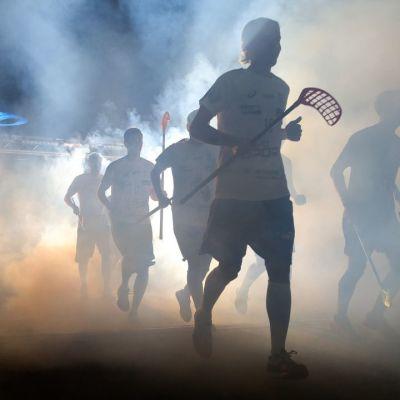 Suomen joukkue juoksee peliarenalle.