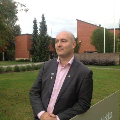 Kansanedustaja Ari Jalonen (ps.) Teljän kirkon edessä Porissa.