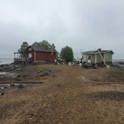 Kaksi rantamökkiä Pyhäjien Hanhikivenniemellä