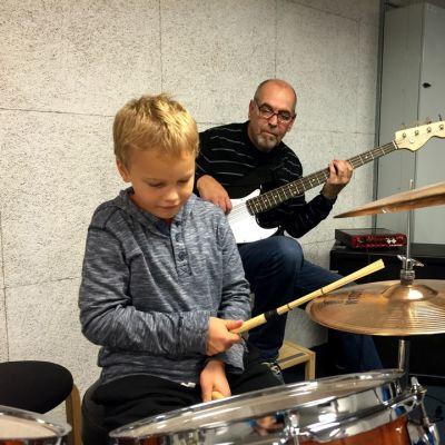 Iivari Luoma ja Jari Oravasaari kokeilevat soittimia Seinäjoen kirjaston soittohuone Pommarissa.