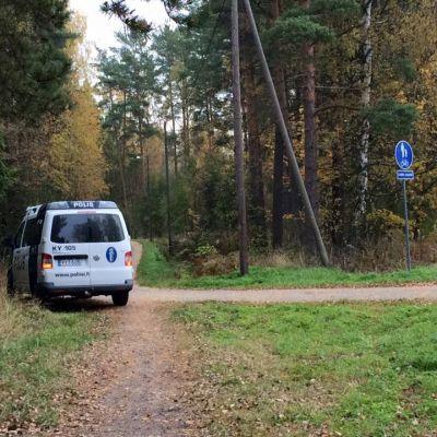 Poliisi eristi alueen Kotkan Karhuvuoressa lauantaiaamuna. Kolme miestä oli ammuskellut puita asuinalueen lähellä