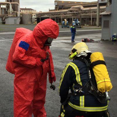 Palomiehet pukevat päälle suojavarusteita.