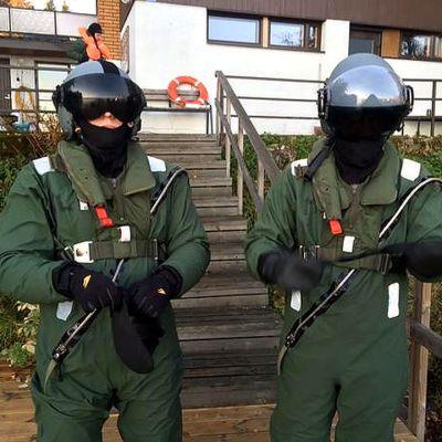 Kaksi lentäjää harjoitusvarusteissa