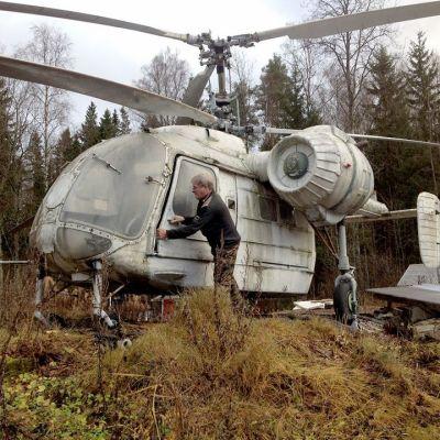 mies ja helikopteri pihalla