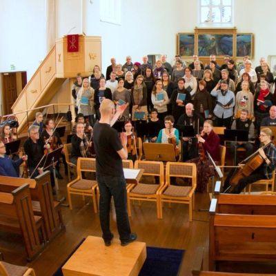 Savonlinnan Orkesteriyhdistys kokoaa soittajat ja laulajat yhteen, orkesteri ja oratoriokuoro yhteisissä harjoituksissa syksyllä 2015.