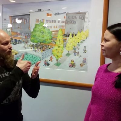 Oulun Tervatullin koulun viittomakielen tulkki Jarkko Köykkä ja erityisopettaja Miia Kareisto näyttävät miten viitotaan.