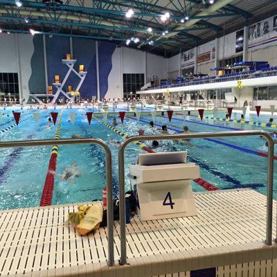 Mäkelänrinteen uimahallissa järjestetään alkeisuimakouluja uimataidottomille aikuisille.