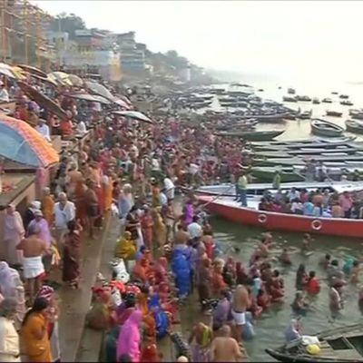 Uutisvideot: Tuhannet hindut kylpivät Gangesjoessa