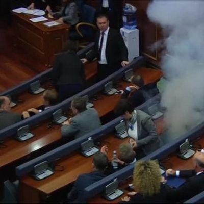 Uutisvideot: Kosovon oppositio päästi kyynelkaasua parlamenttiin – jo yhdeksättä kertaa