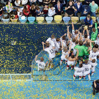 Saksan maajoukkue juhli voittoaan finaalipelissä Argentiinaa vastaan Riossa 13. heinäkuuta 2014.