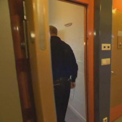 Uutisvideot: Tällaisessa sellissä Breivik istuu