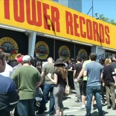 Uutisvideot: Fanit jonottivat lippuja Guns 'N Rosesin yllätyskeikalle