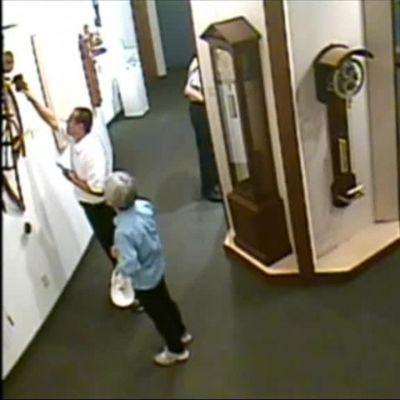 """Uutisvideot: """"Älä koske näyttelyesineisiin!"""" – Museovieras pudotti näyttelyesineen lattialle kellomuseossa"""