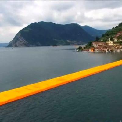 Uutisvideot: Italiassa voi nyt kävellä vetten päällä – sadat odottivat läpi yön Christon uusimman teoksen avautumista