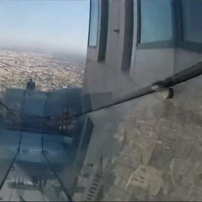 Uutisvideot: Pilvenpiirtäjän huipulle avautui lasinen liukumäki Los Angelesissa