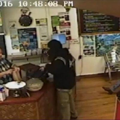Uutisvideot: Ravintoloitsija jätti ryöstäjän ilman huomiota, rosvo luovutti