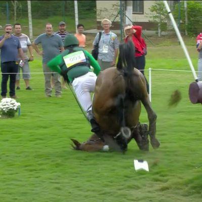 Rion olympialaiset: Huh mikä läheltä-piti-tilanne! Kenttäratsastuksessa hevonen teki kuperkeikan