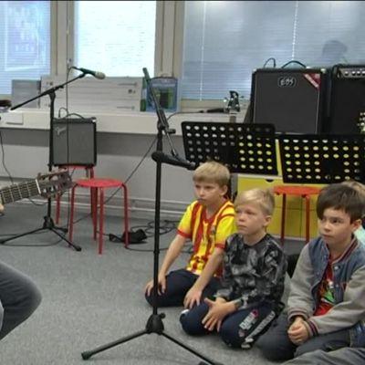 Uutisvideot: Vähän erilainen espanjantunti – Latinotähti Álvaro Soler vieraili helsinkiläiskoulussa