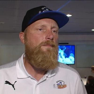 Urheilujuttuja: Salibandyliiga alkaa: Oilersin Petri Huttunen haastattelussa