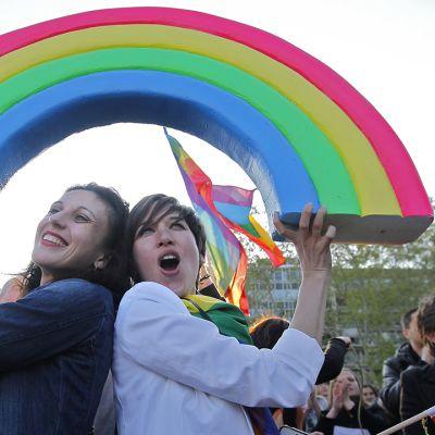 Homoliittojen kannattajat juhlivat.