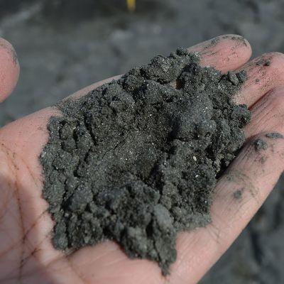 Nivalassa Hituran kaivoksen rikastusaltailta tuulen mukana nouseva pöly on hienojakoista kivipölyä.