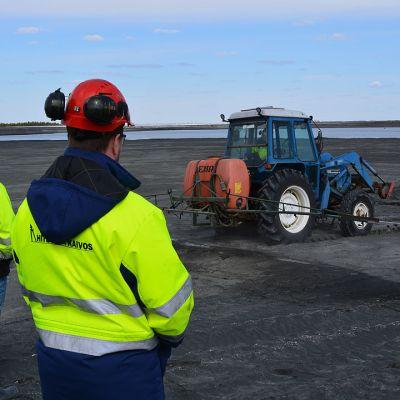 Työntekijät seuraavat rikastushiekka-altaiden kastelua Hituran nikkelikaivoksella Nivalassa toukokuussa.