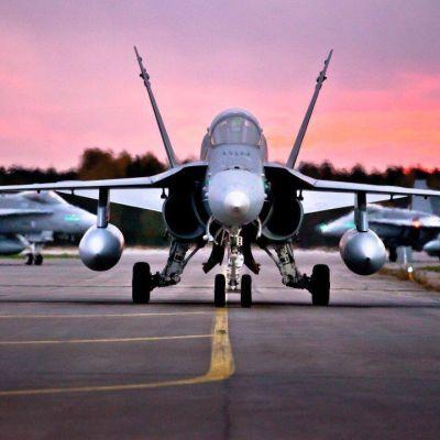 Ruskaan osallistuu mm. 30 Hornet-monitoimihävittäjää.
