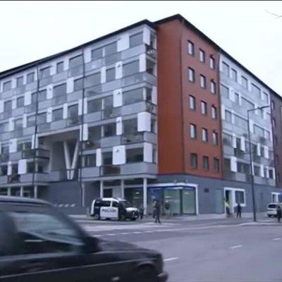Uutisvideot: Poliisilla operaatio Vantaalla – kerrostaloa evakuoidaan