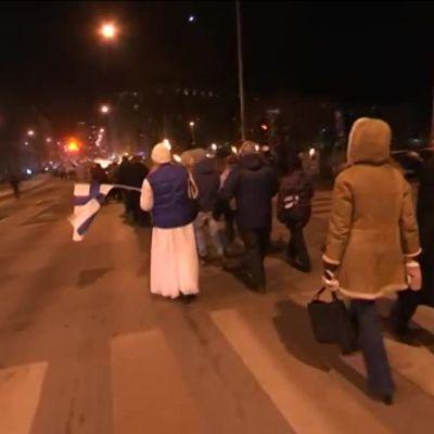 Uutisvideot: 612-soihtukulkue marssi Töölöntorilta Hietaniemeen