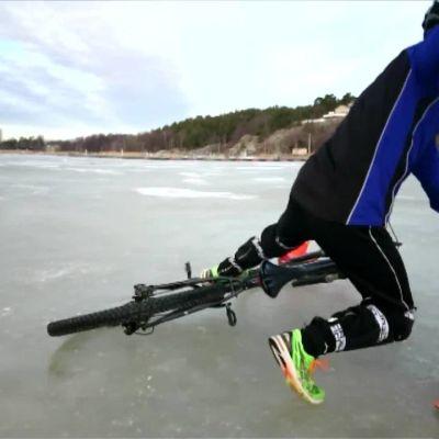 """Yle Uutiset Lounais-Suomi: """"Ei toivoakaan pysyä pystyssä"""" – nastarenkaat lähes pakollinen lisävaruste talvipyöräilyyn"""