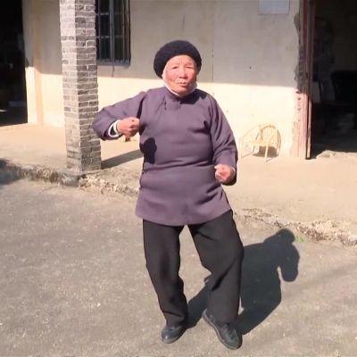 """Uutisvideot: Kiinan """"Äitee"""" pysyy kunnossa joka-aamuisilla kungfupotkuilla"""