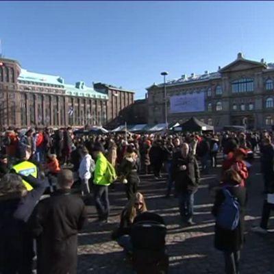 Uutisvideot: Rautatientorin mielenosoitus