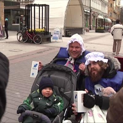 Yle Uutiset Lounais-Suomi: Sohvaperunoista tuttu kaksikko ihastutti ihmisiä lastenvaunuissa Turussa