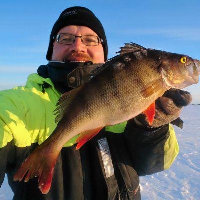 Kalastaja Jouko Sirkkala ja iso ahven