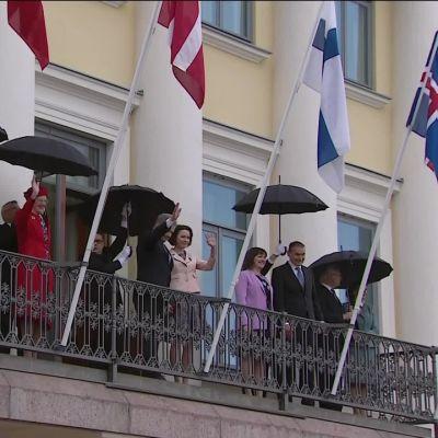 Uutisvideot: Kuninkaalliset tervehtivät kaupunkilaisia Presidentinlinnan parvekkeelta vilkuttaen