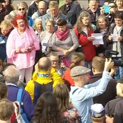 Uutisvideot: Turkulaiset muusikot muistivat puukkoiskun uhreja flash mob -konsertilla