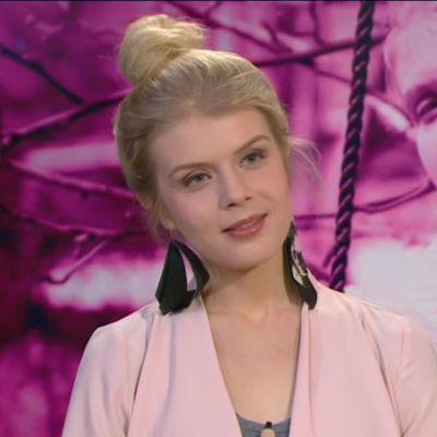 Ylen aamu-tv: Näyttelijä Alina Tomnikov rentoutuu irtokarkeilla ja Netflixillä