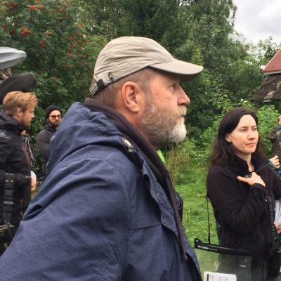 Markku Pölönen ohjaa Oma Maa -elokuvaansa Kontiolahdella elokuussa 2017.