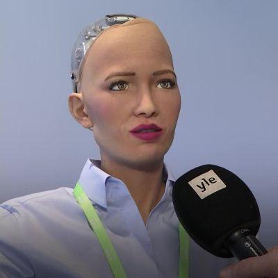 Uutisvideot: Lähteekö Sophia-robotti toimittajan kanssa treffeille?