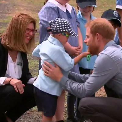 Harry ja Meghan ihastuttivat Australiassa – pikkupoika ei olisi malttanut päästää irti prinssistä