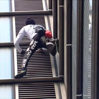 """Ranskalainen """"hämähäkkimies"""" kiipeää pilvenpiirtäjän huipulle Lontoossa"""