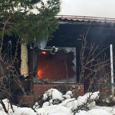 Tulipalossa tuhoutunut rivitalo.