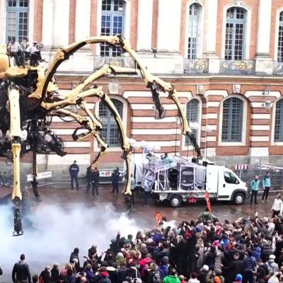 Video: Mekaaninen jättiläishämähäkki hämmästytti Ranskassa