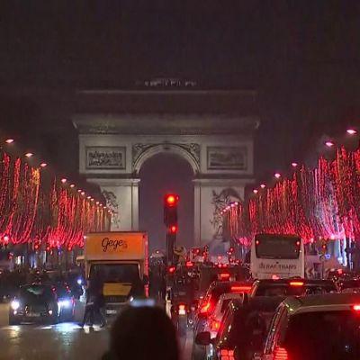 Pariisin perinteinen juhlakatu sai jouluvalaistuksen.