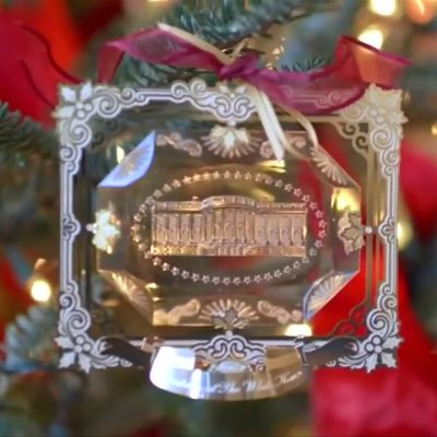 Valkoisen talon joulukoristeet välkkyvät punaisina, valkoisina ja sinisinä.