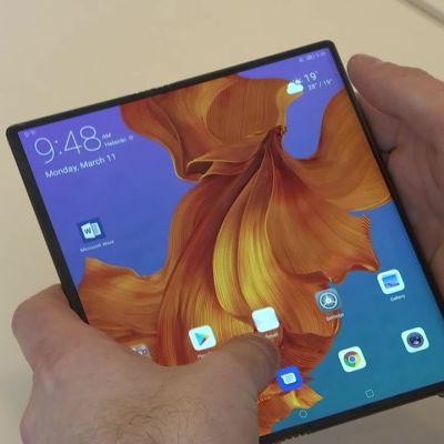 Kännykkäkevään kuumin innovaatio on näyttö, joka taittuu tabletiksi – videolla Huawei Mate X
