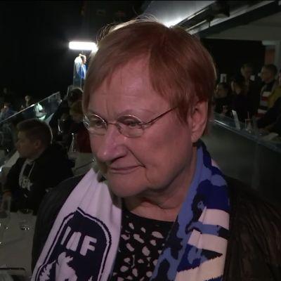 Presidentti Tarja Halonen naisten jääkiekon MM-kisoissa.